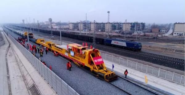 内蒙古连接东北地区首条高铁开始铺轨_1