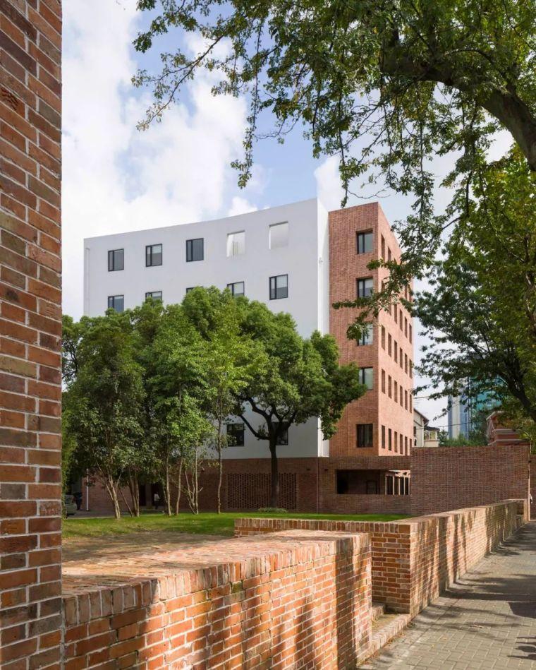 如恩改造'上海愚园路创意园区',使用'红砖'元素统一建筑