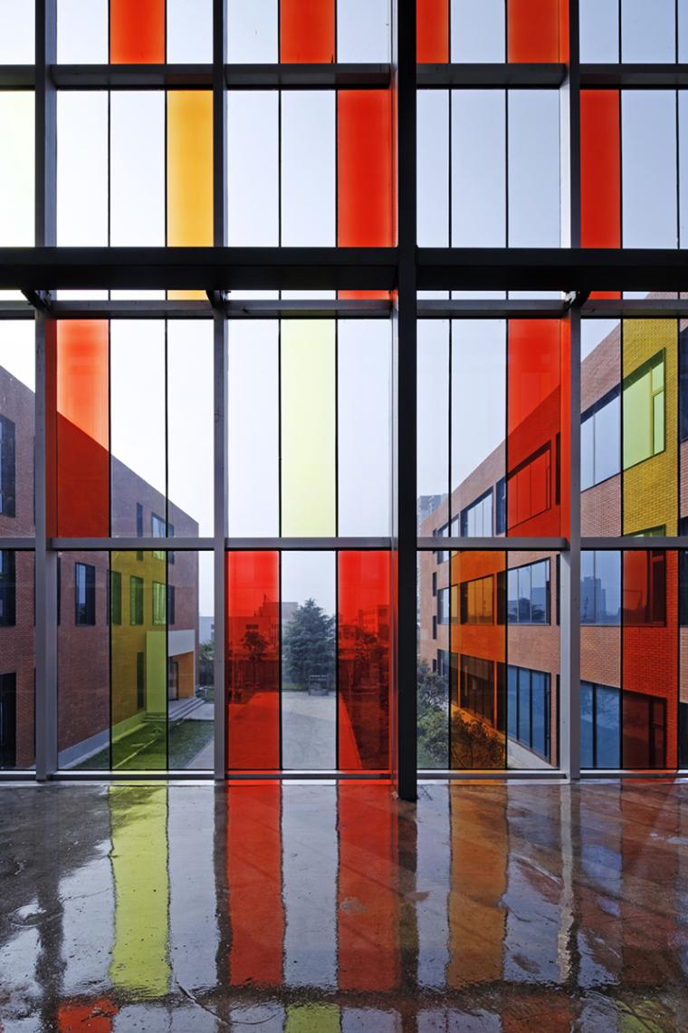 031天桥的彩色玻璃.jpg