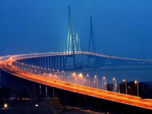 惠州市大亚湹�k�c._同时,跨江大桥复杂的结构体系:由主跨1088m钢箱梁斜拉桥,主跨268m