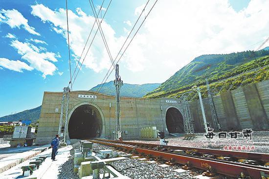 """兰渝线226座隧道396座桥梁连起一条""""世纪铁路"""""""