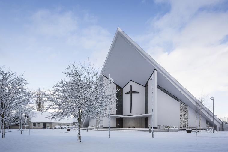 Dominican教堂改造花窗下的彩色圖書館
