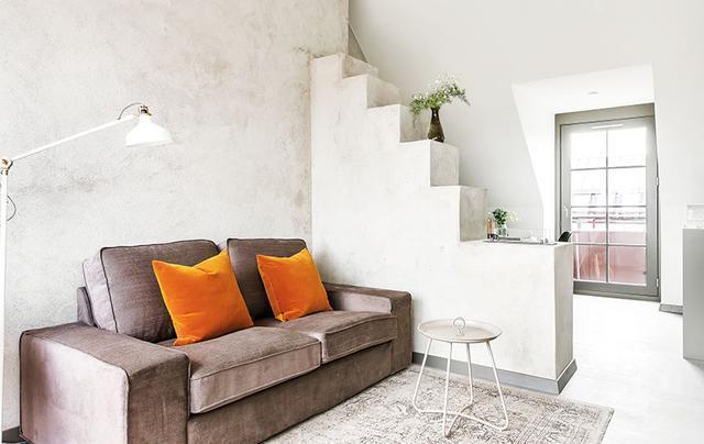 楼梯柱子当隔墙,头一次看到这样的客厅!