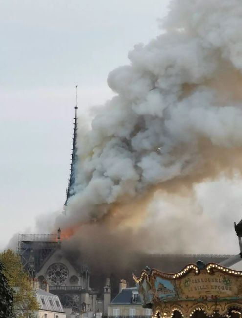 巴黎圣母院遭遇大火,卡西莫多终究也失去了他心爱的钟楼_2