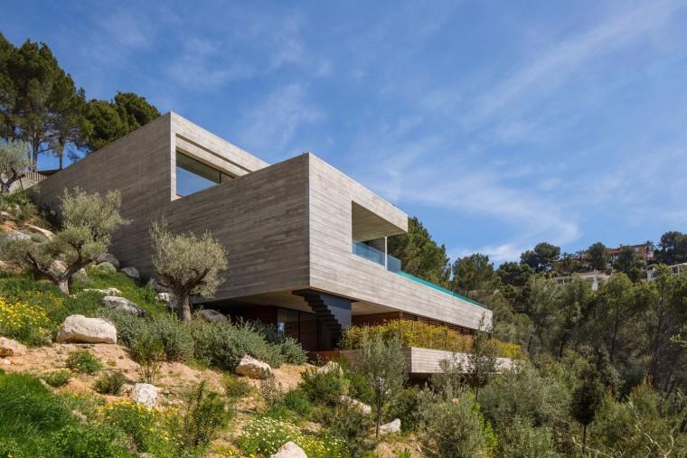 私密的陡坡住宅