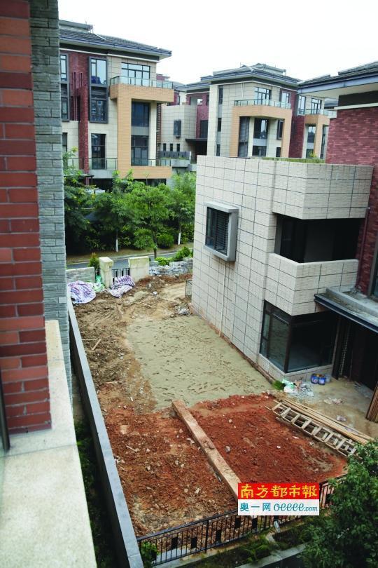 邻居扩建地下室 市民买的南沙别墅墙被挖穿院子塌陷