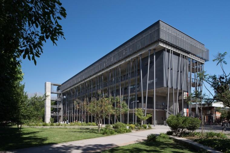智利教学和公园入口结合的Aulas大楼