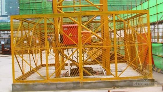[广西]建筑工程安全文明施工标准化管理手册(2014年图文并茂)-塔吊周边角钢及钢板网拼接围护实例