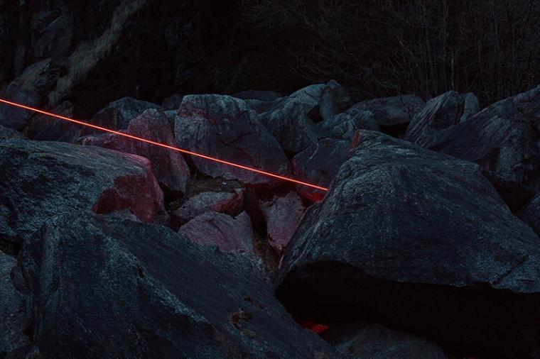 山谷和森林间的光束装置-lucid-film-3hund-desingboom-05