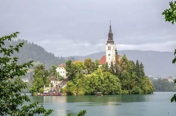 全球50个地标性建筑,认识10个就算你合格!-布莱德湖(斯洛文尼亚•阿尔卑斯山南麓).jpg