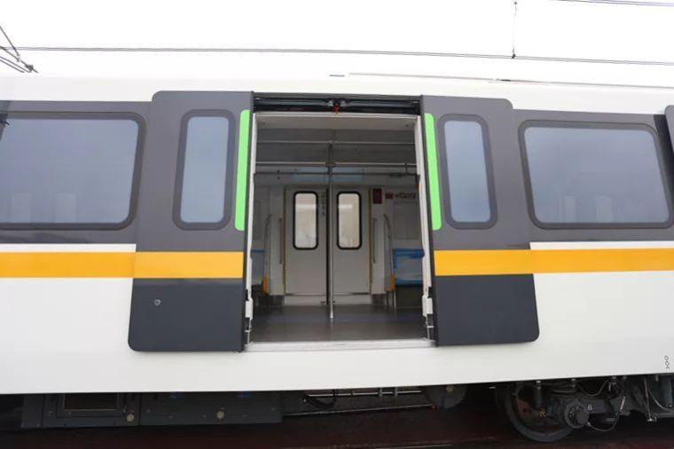 成都首条全自动无人驾驶地铁9号线首列车今日在蓉亮相!_11