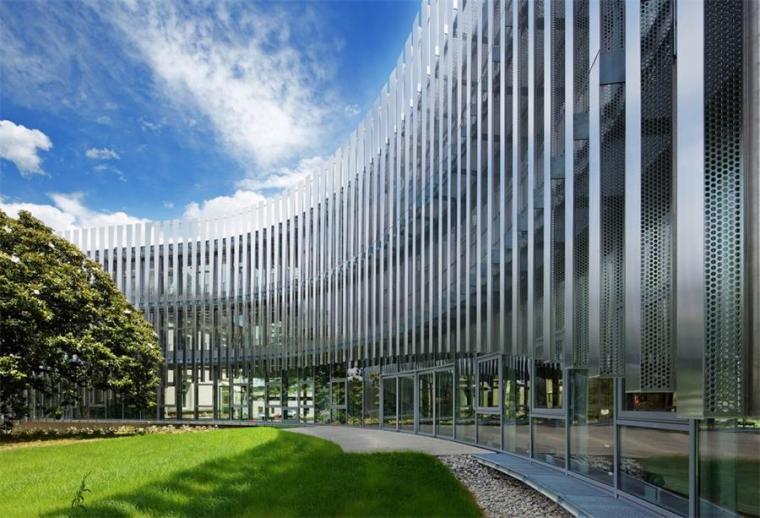 法国那栋与树共生的银色办公楼_11