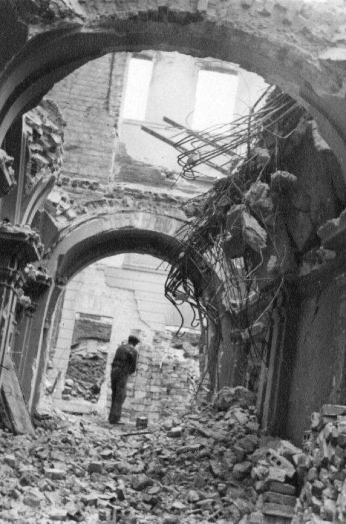 叙利亚战争后的城市建筑对比,满地废墟浓烟弥漫_24