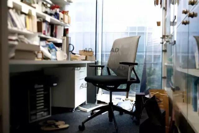 桌子越乱越有建筑大师的潜质?来看看真正的大师办公桌_21