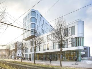 法国街角处体块叠加的校园