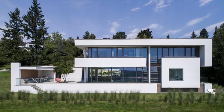 德国山坡上明亮的玻璃房子