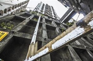 玉龙房屋建在75度坡上,就靠几根水泥柱撑着