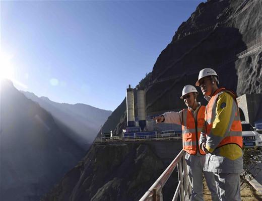 探访海拔3000米的四川两河口水电站施工现场,施工难度首屈一指!-查看项目进展情况.jpg
