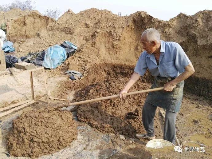 """传统制砖必不可缺的一道工序——""""练 泥 儿""""!"""