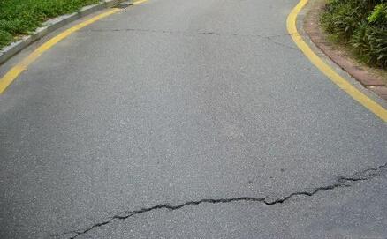 沥青混凝土路面出现早期水破坏是什么原因?怎么防治?