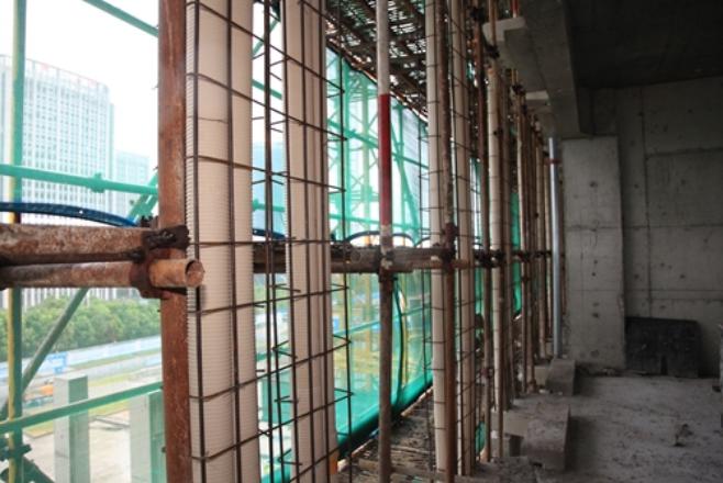 外立面异型装饰柱结构支模施工方法创新