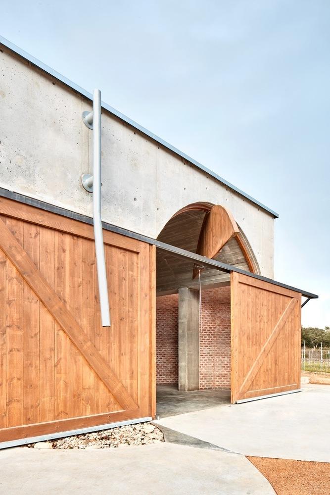 西班牙双曲线拱门形式Mont-Ras酒庄外部实景图