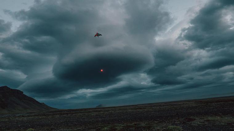 山谷和森林间的光束装置-lucid-film-3hund-desingboom-12