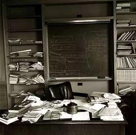 桌子越乱越有建筑大师的潜质?来看看真正的大师办公桌_51
