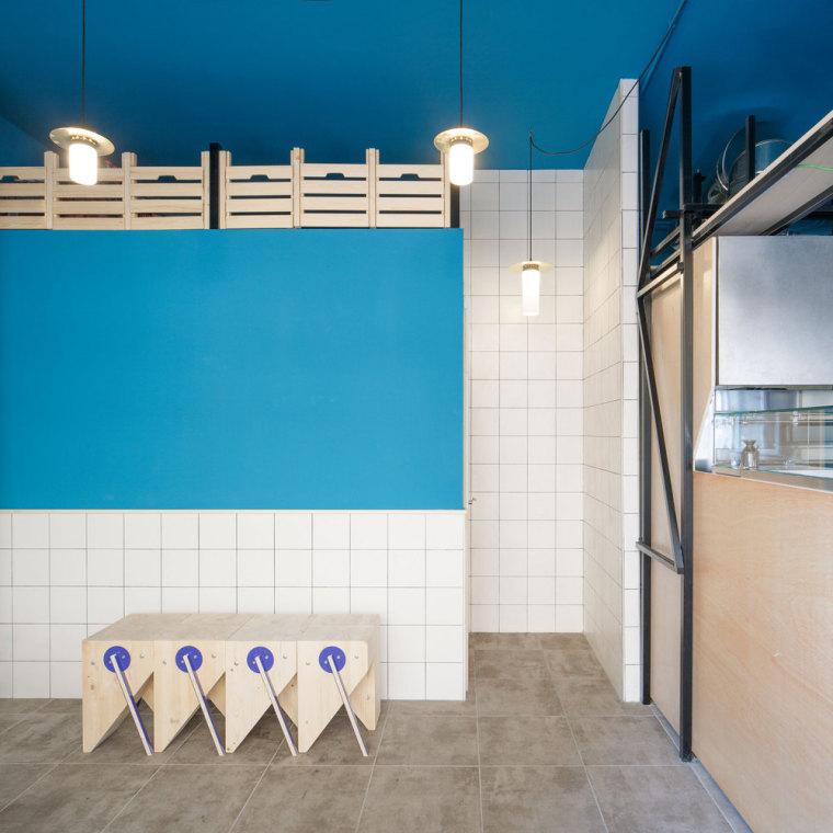 西班牙哲学冥想的蓝色餐厅