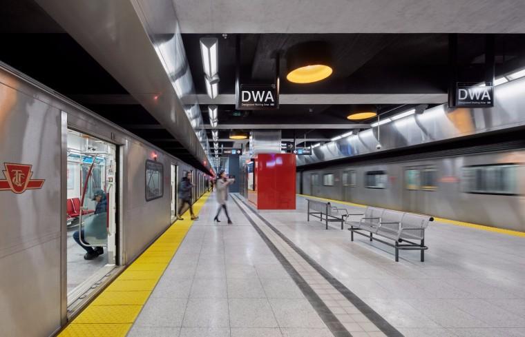 弧形镜面天花板内的地铁站-7