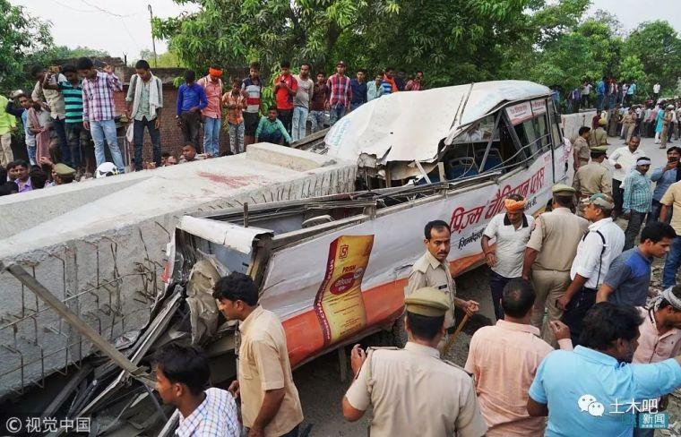 印度在建天桥倒塌!十多人死亡_1