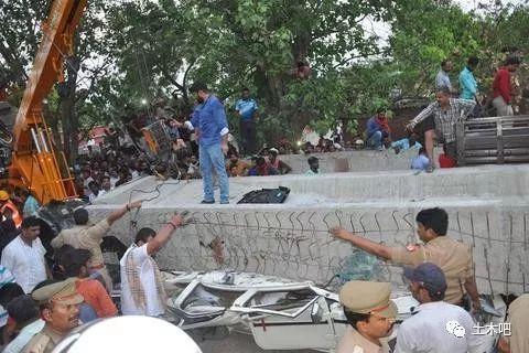 印度在建天桥倒塌!十多人死亡_3