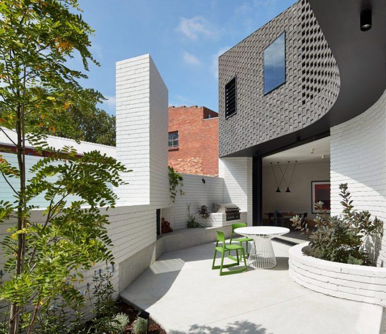 墨尔本私密庭院和落水池围合的住宅