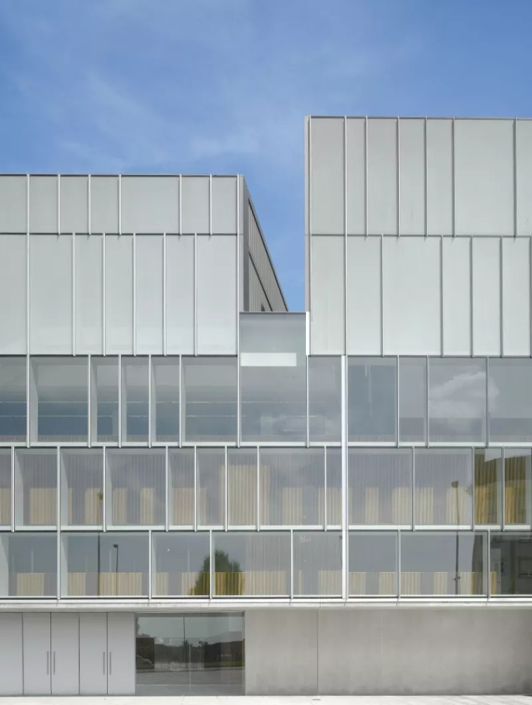 多面综合型礼堂建筑,简单外表下的复杂功能_3