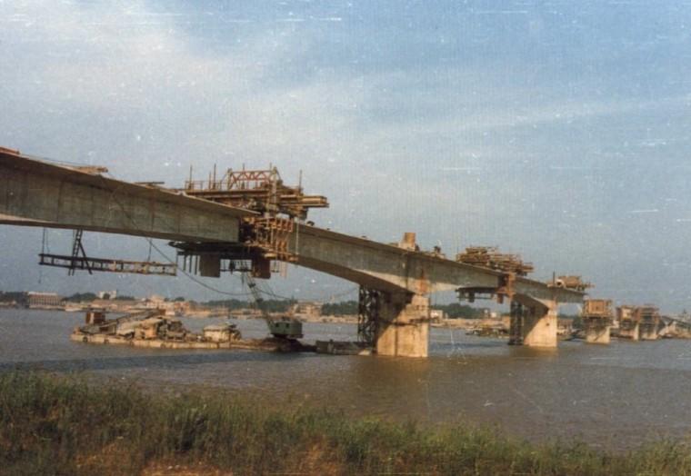 预应力混凝土连续梁桥与连续钢构桥现浇及拼装施工