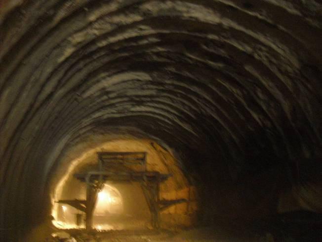 隧道工程质量通病图文展示(PPT,119页)-隧道初期支护喷射砼不饱满,达不到设计要求