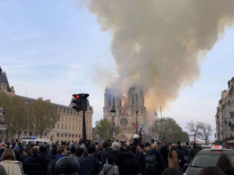 巴黎圣母院大火!800年古迹被焚毁……