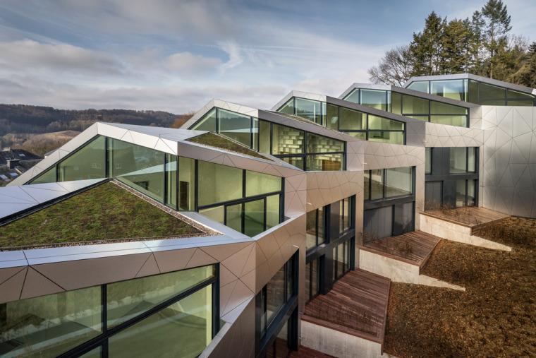 卢森堡山地上的集合住宅-5