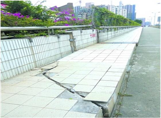 广东佛山人行道出现裂缝交通部门已介入处理