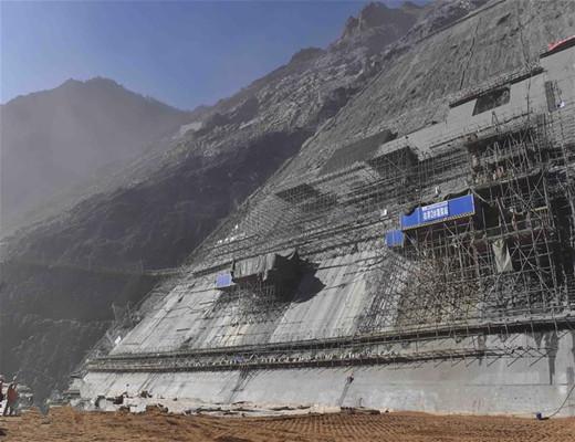 探访海拔3000米的四川两河口水电站施工现场,施工难度首屈一指!-图为大坝右岸边坡施工现场.jpg