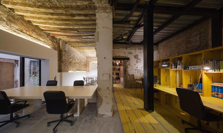 """看腻了各种精致的旧房改造,这个""""破破烂烂""""的办公室很特别"""