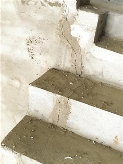 新建小区房屋墙体裂缝多,窗户用胶水粘