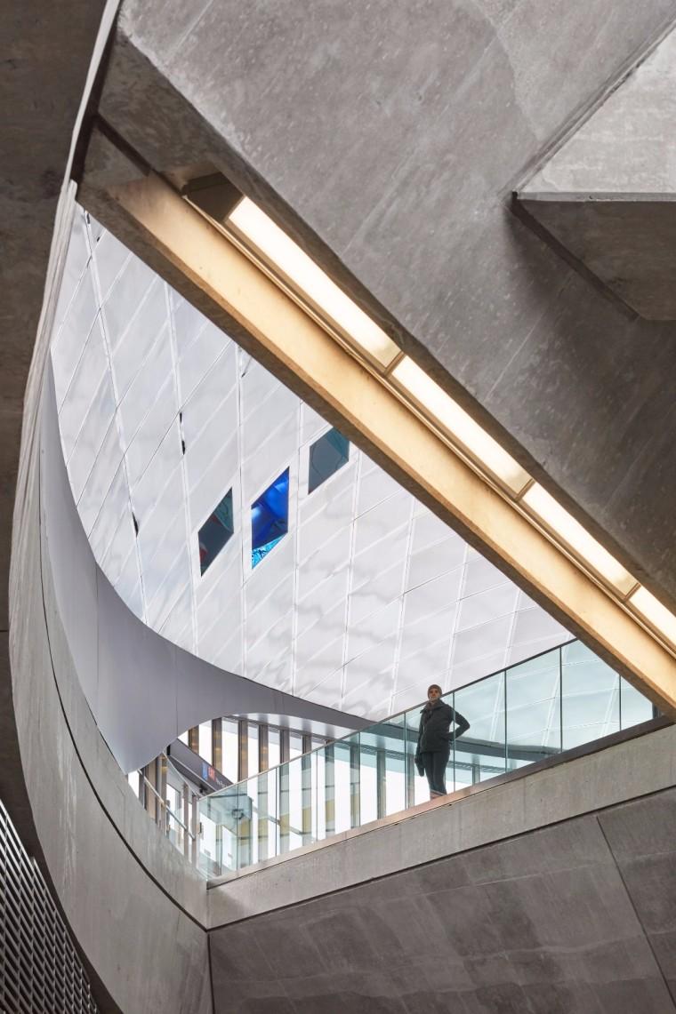 弧形镜面天花板内的地铁站-18