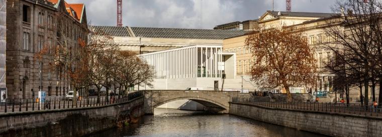 柏林博物馆岛安静素白的柱廊美术馆