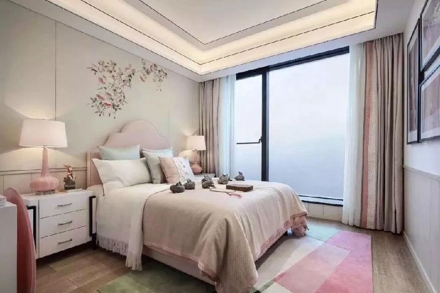但是墙面的装饰画与床头的壁纸都在尽量融入中式元素,使整个空间时尚图片