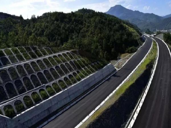边坡混凝土裂缝预防及处理措施