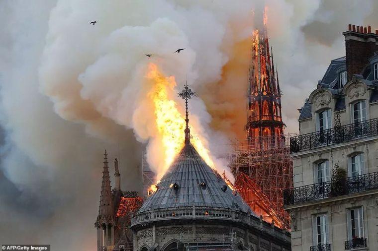 突发!巴黎圣母院大火!卡西莫多再也见不到他的钟塔
