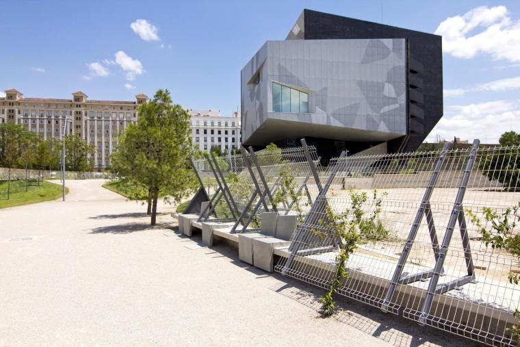 西班牙独特雕塑般构造的文化中心外部实景图