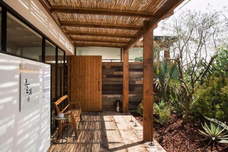 在植物环绕的屋顶晒太阳 | 格外小馆·屋顶顶店