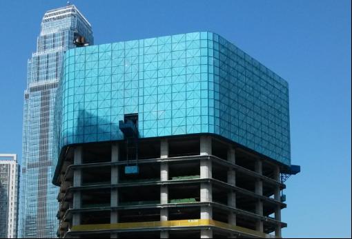 高层建筑全钢附着式升降脚手架(爬架)施工方案-全钢附着升降脚手架外侧的防护处理